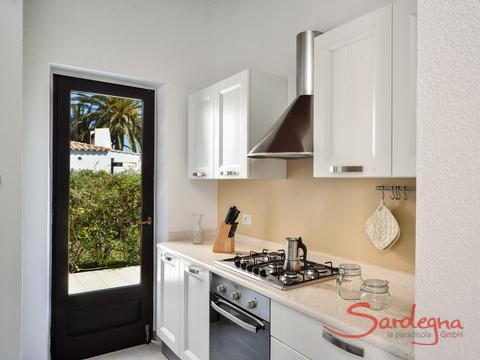 Fully equipped kitchen with gas stove, oven, dishwasher and windowdoor to the garden
