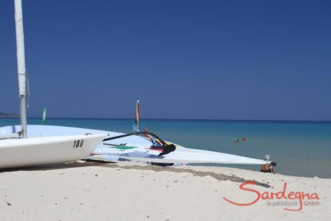 At the beach of Cala Sinzias you can rent watersport equipment