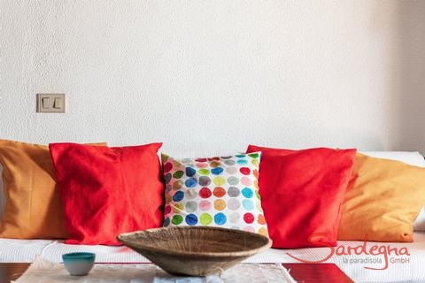 Comfortabel couch with coloured cushions