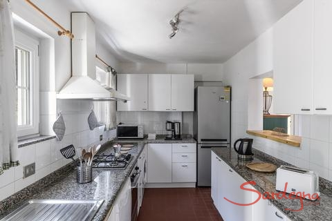 Big, fully equipped kitchen with a lot of daylight